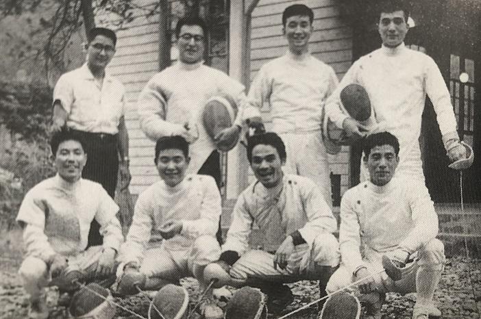 1960ローマ五輪代表チーム、取材する川名(上左)と中村監督(下左)