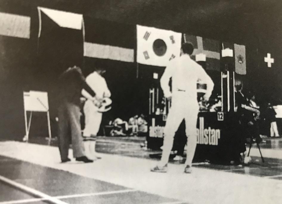 写真右は1985年世界ジュニア選手権に出した鈴村元宏