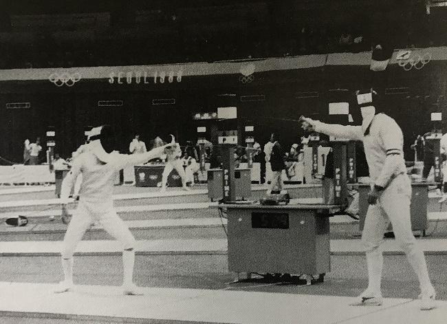 1988年ソウルオリンピック・フルーレ出場の出野晴信(左)、対戦者イタリアのボレラ選手に勝利する