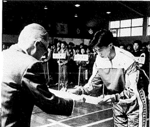 出野はオリンピック出場に加え、90年、91年に全日本男子フルーレ2連覇。リーグ戦開会式で特別表彰された